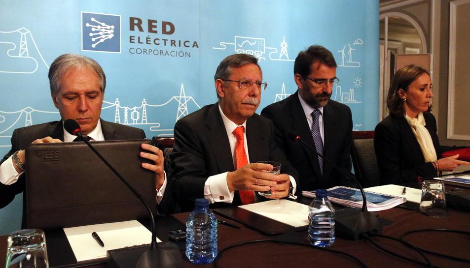 El president de Red Eléctrica, José Folgado, al centre.