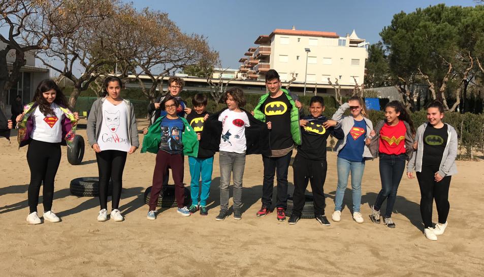 El títol del curtmetratge és 'Tots som superherois, i en calen molts!', i parla sobre les relacions entre els alumnes.