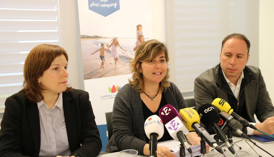 La presidenta de l'Associació de Càmpings de la Costa Daurada i l'Ebre, Berta Cabré, al centre de la imatge, acompanyada d'Anna Frixach, de la secretaria tècnica de l'associació, i Joan Antón, gerent de la FEHT.