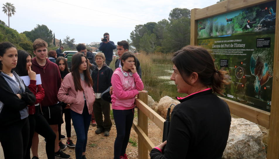 Una tècnica del parc natural del delta de l'Ebre informa els alumnes de l'IES de l'Ametlla de Mar sobre l'alliberament dels samarucs.