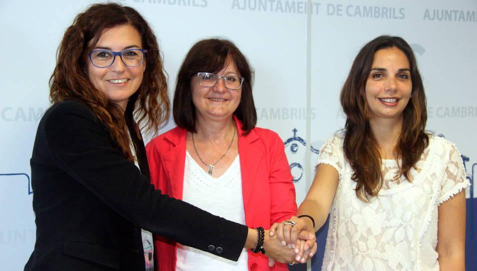 L'actual alcaldessa de Cambrils, Camí Mendoza, al centre, amb l'exalcaldessa i actual membre de l'equip de govern, Mercè Dalmau, a l'esquerra, i la portaveu socialista i també membre de l'equip de govern, Ana López.