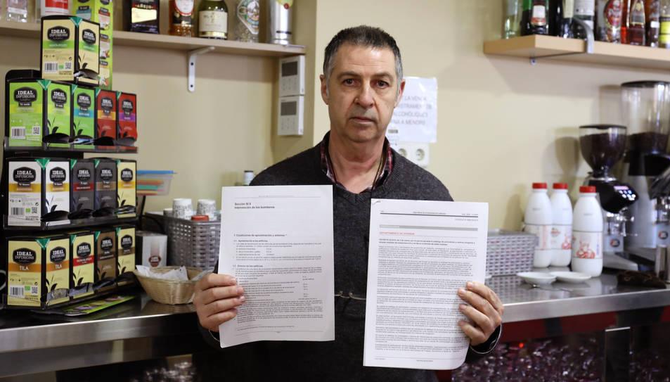 Juan Antonio Heredia, amb documents referits a lesmesures de seguretat i accés dels bombers.