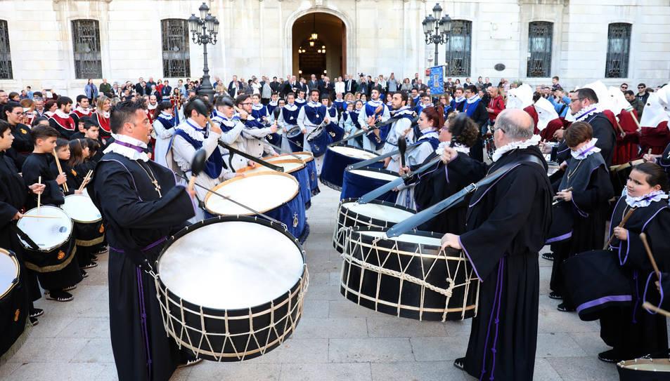 Les bandes de diverses confraries van protagonitzar la Tabalada a la plaça de la Font.