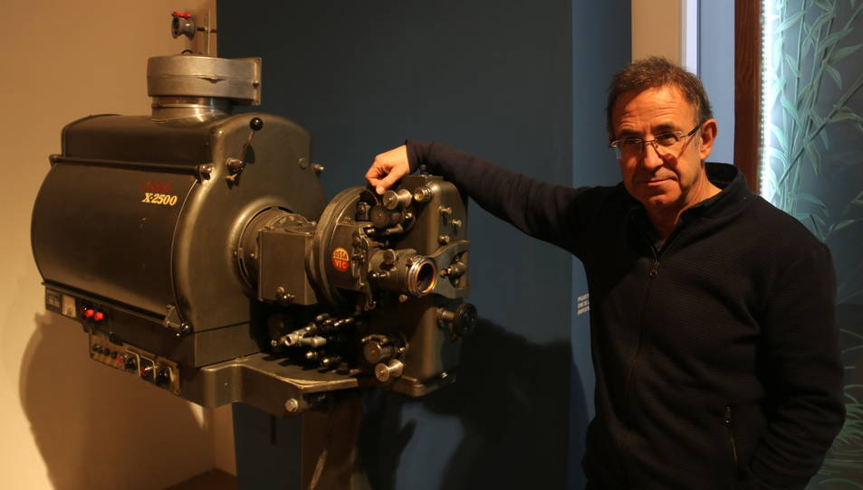 El director del Museu de les Terres de l'Ebre, Àlex Fornós, al costat d'un antic projector cinematogràfic.