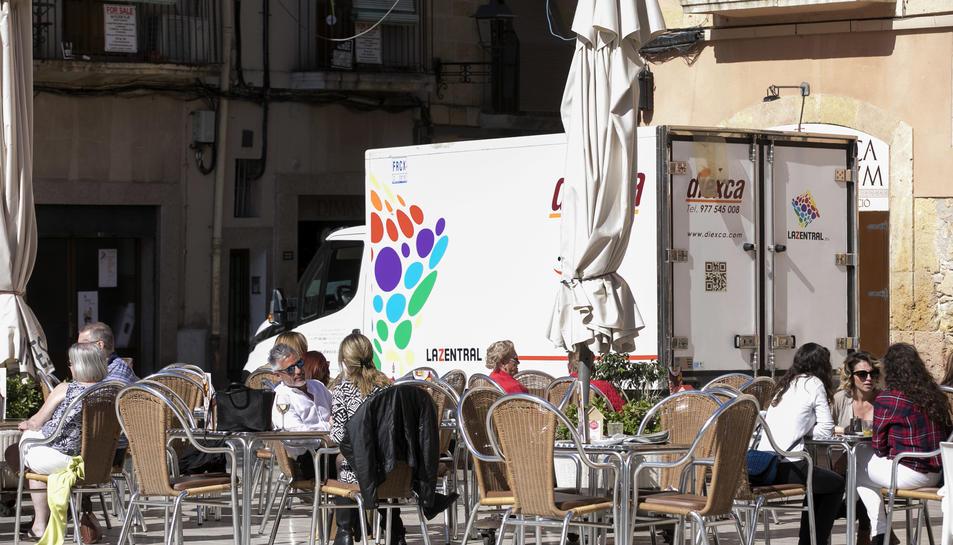 Una furgoneta travessant la Plaça del Fòrum ahir passades les onze del matí.