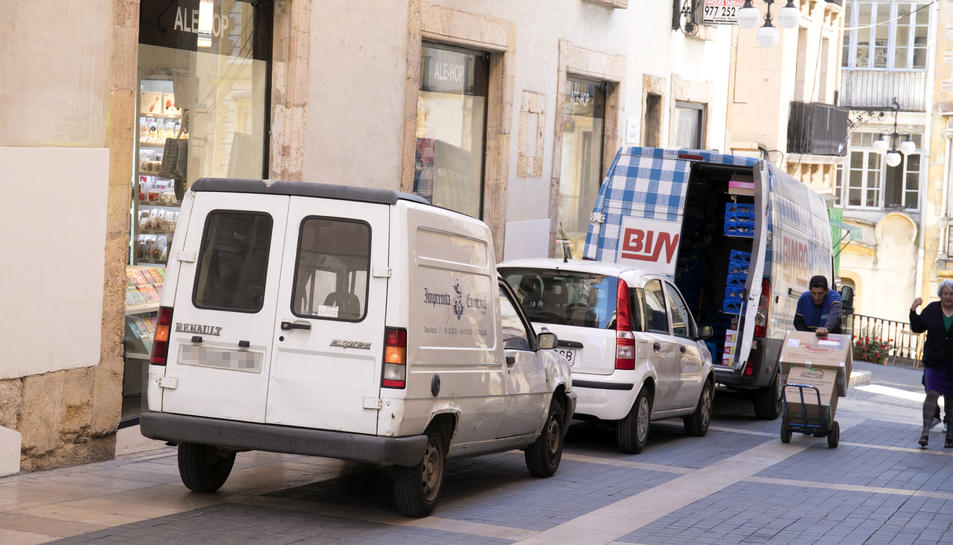 A la imatge, dues furgonetes i un cotxe particular estacionats al carrer Major.