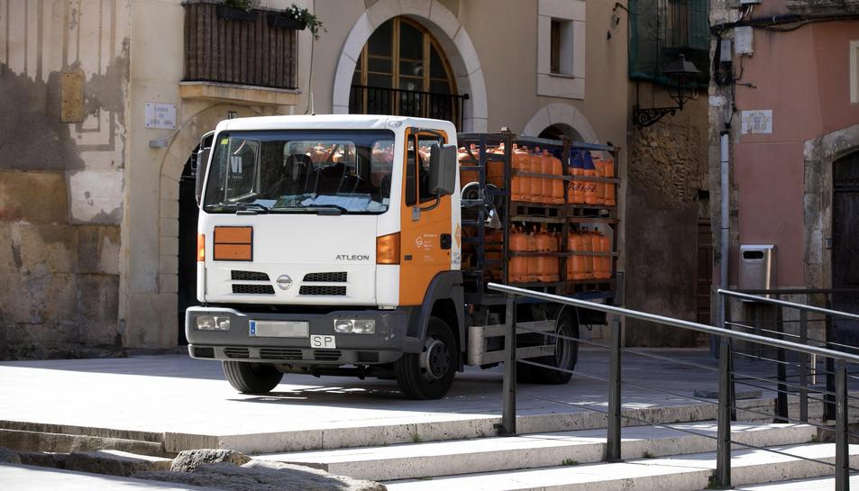 Una furgoneta estacionada al bell mig de la plaça del Fòrum.