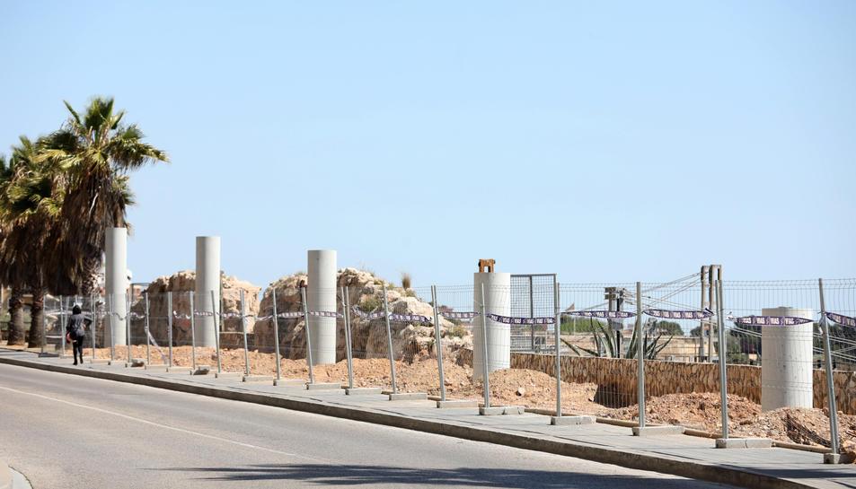 Sèrie de columnes que formen part de l'estructura de la passarel·la en fase de construcció.