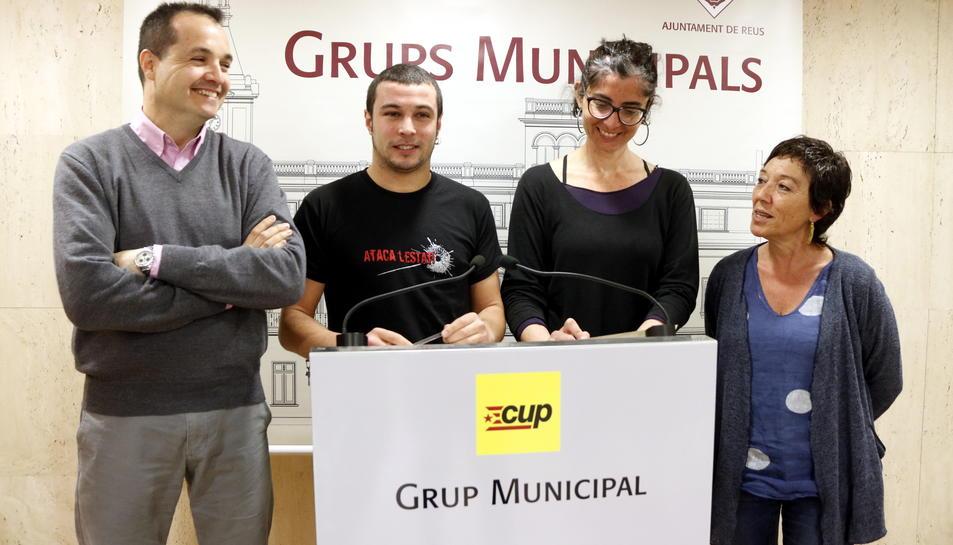 Pla mig dels regidors de la CUP de Reus Xavier Angelergues, Edgar Fernández, Marta Llorens i Mariona Quadrada, en roda de premsa a l'Ajuntament el 3 d'abril del 2017