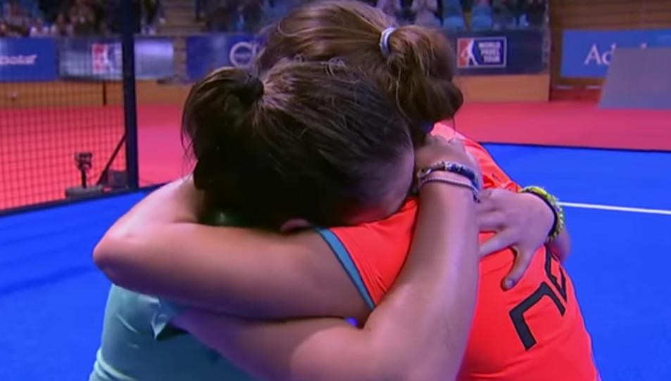 Ari Sánchez i Martita Ortega s'abracen després de guanyar la final.