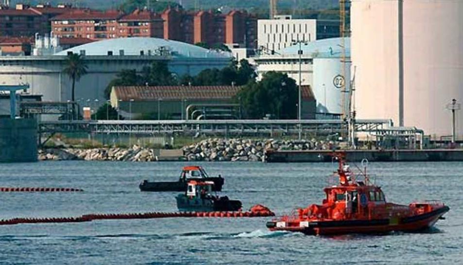 Imatge d'arxiu d'una fuita produïda al Port de Tarragona el 2012.