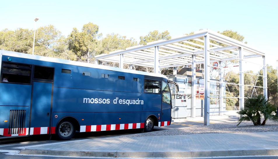 Furgó policial que trasllada els primers presos des de Brians 2, accedint a la presó de Mas d'Enric.