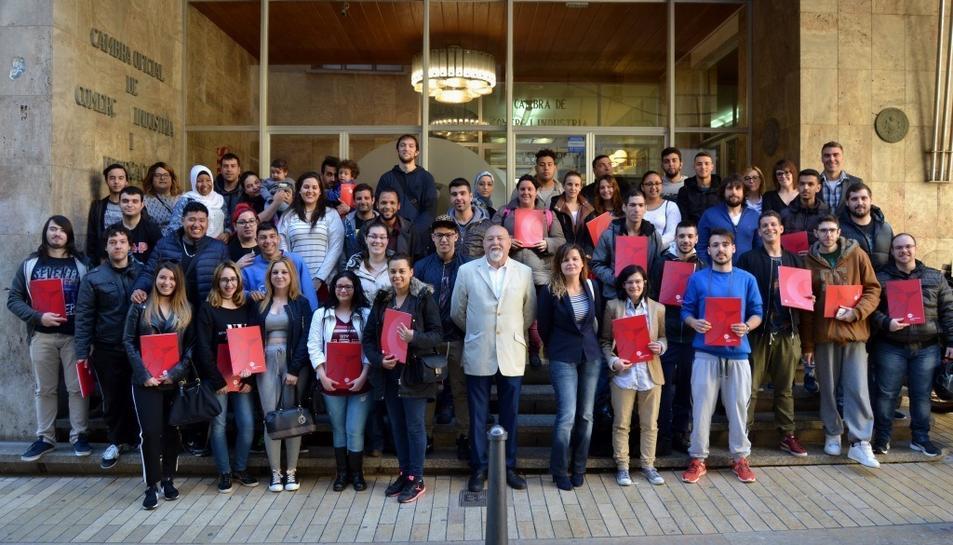 Fotografia de família dels alumnes després de rebre els diplomes.