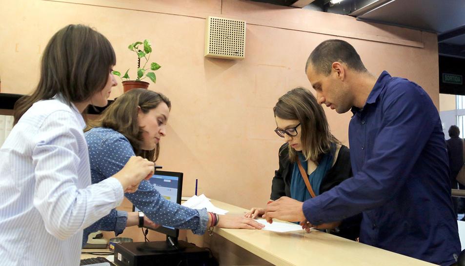 La Sandra i en Jordi, en el moment de convertir-se en els primers en constar en el nou Registre de parelles estables de Catalunya, el 3 d'abril de 2017 a Barcelona.