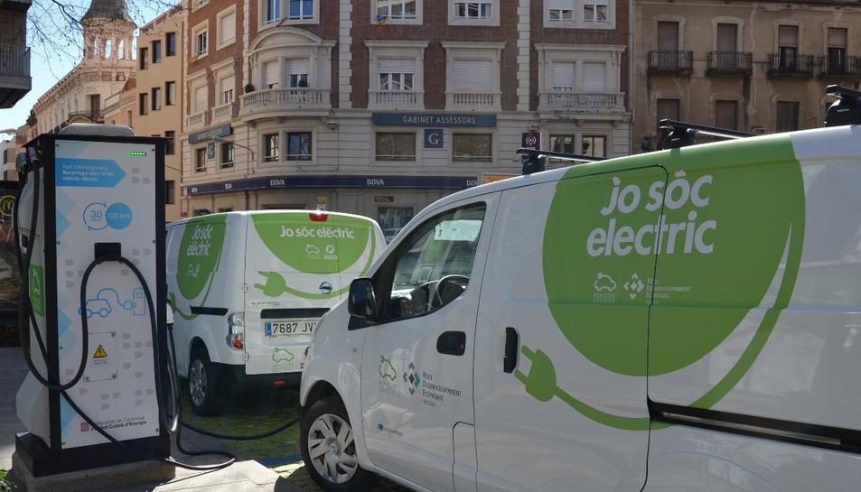 Imatge de les noves furgonetes de la flota de vehicles elèctrics de Reus.