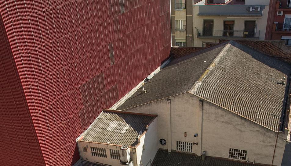 Una imatge de les plaques d'amiant, des d'un dels balcons.