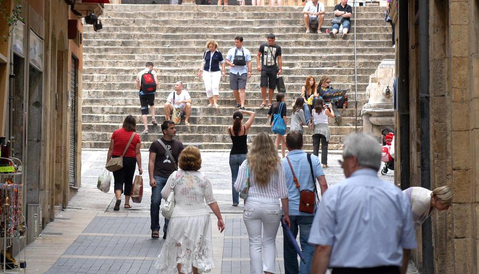 Turistes passejant pel carrer Major en una imatge d'arxiu.