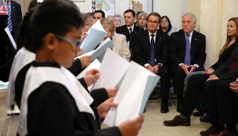 En primer terme, el cor d'aspirants durant la seva actuació i, al fons, Artur Mas abans de presentar l'opuscle.