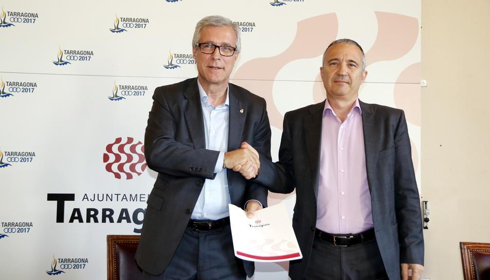 Pla mig de l'alcalde de Tarragona, Josep Fèlix Ballesteros, encaixant les mans amb el director-gerent d'Ematsa, Daniel Milan, després de la signatura del conveni. Imatge del 4 d'abril del 2017