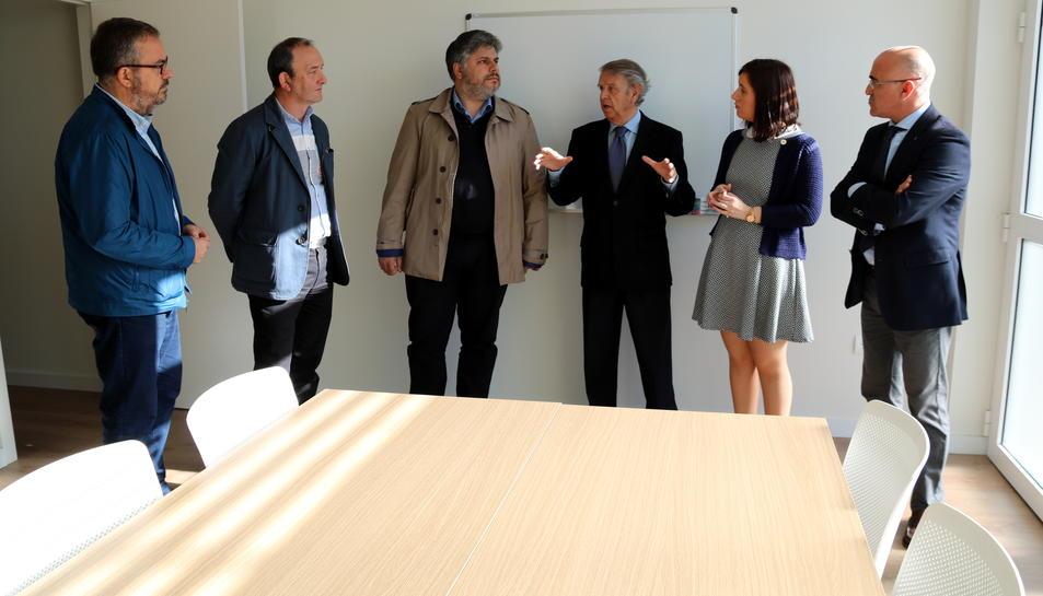 Les autoritats, entre les quals l'alcalde de Valls, Albert Batet, visitant el nou centre de dia, el 4 d'abril del 2017