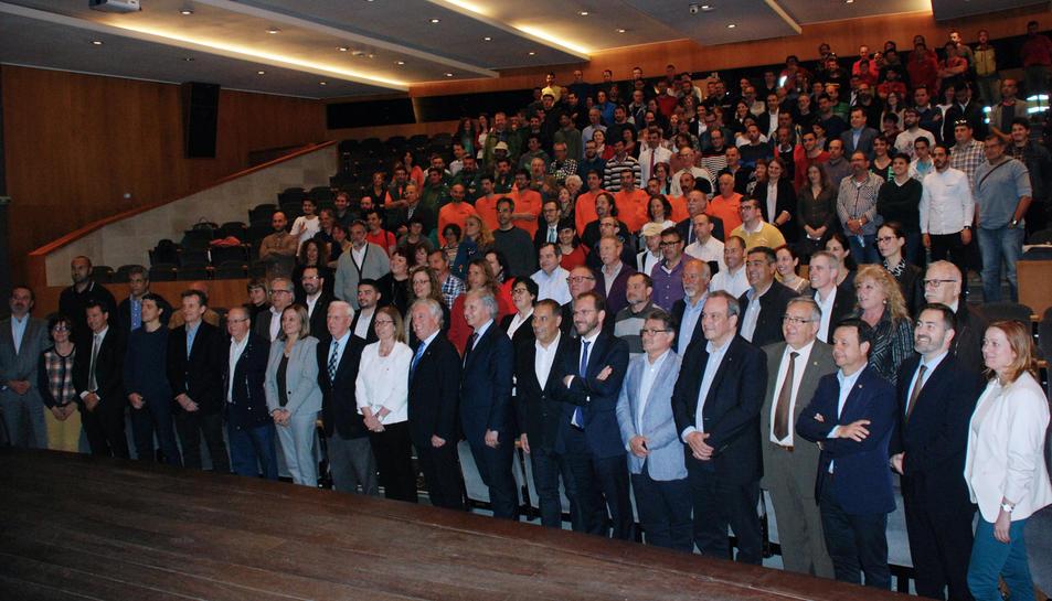 Foto de família de tots els representants de les entitats reconegudes per la Diputació de Tarragona per la seva col·la oració amb el conveni de l'Obra Social 'la Caixa'.
