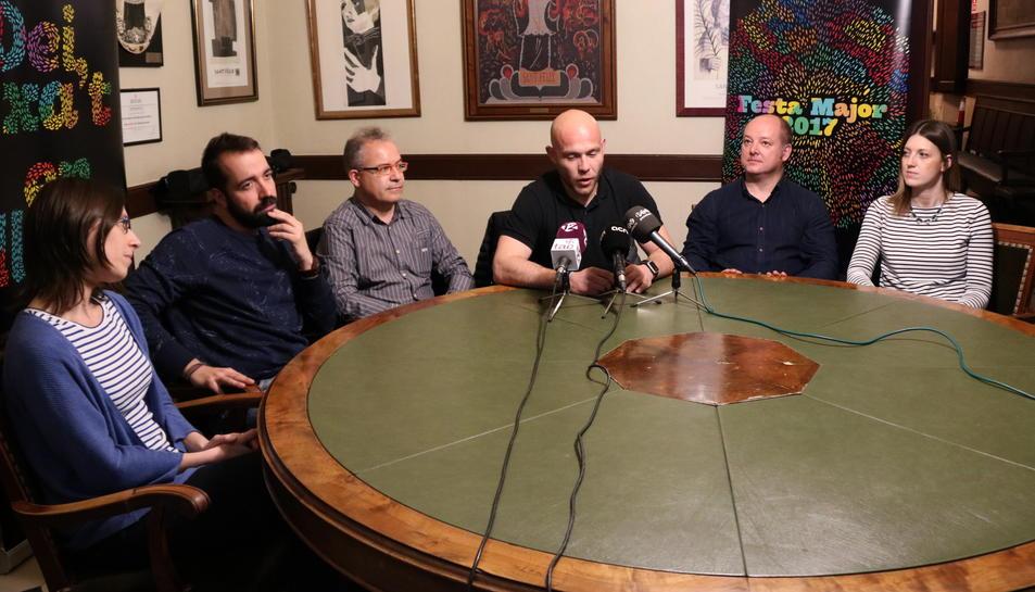 Pla general de la roda de premsa dels administradors de la Festa Major de Vilafranca 2017 per explicar el cartell de la diada de Sant Fèlix. Els acompanya el Cap de Plaça, Jordi Bertran. Imatge del 4 d'abril de 2017 (horitzontal)