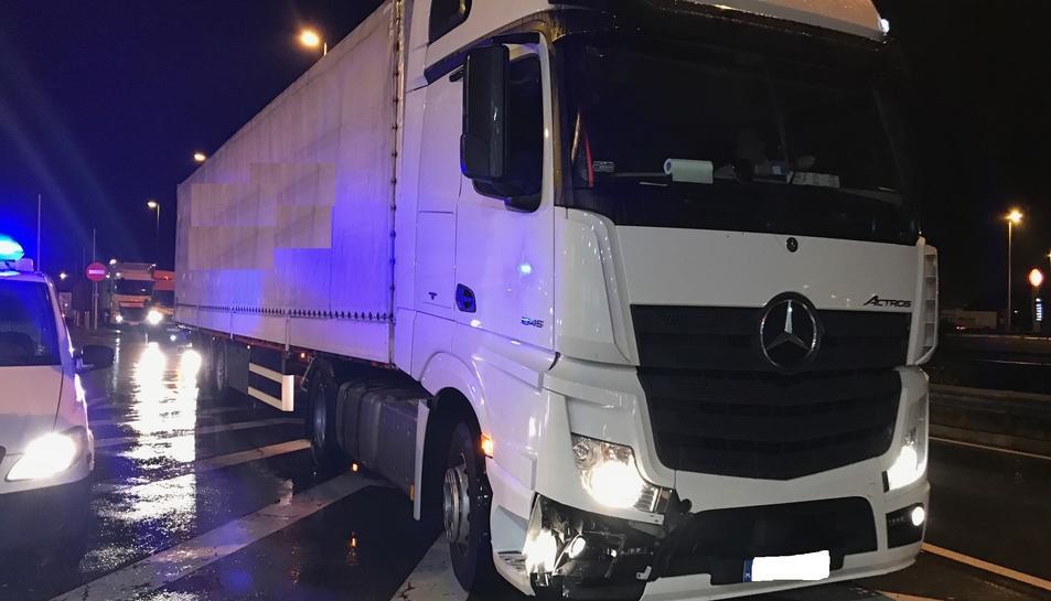 Els Mossos d'Esquadra van identificar i aturar el camió, que intentava accedir a l'autopista des de l'Àrea del Mèdol en sentit contrari.
