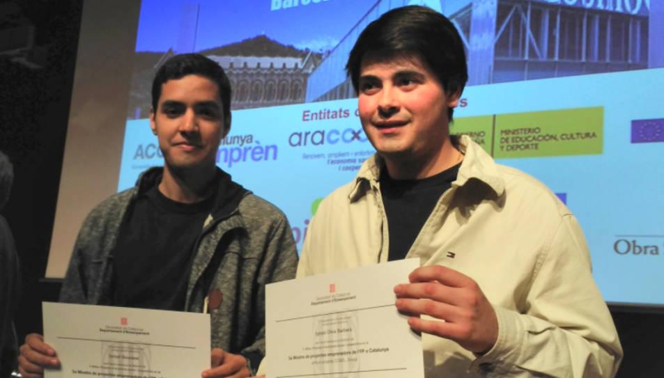 Els estudiants de Valls amb el diploma acreditatiu del primer premi.