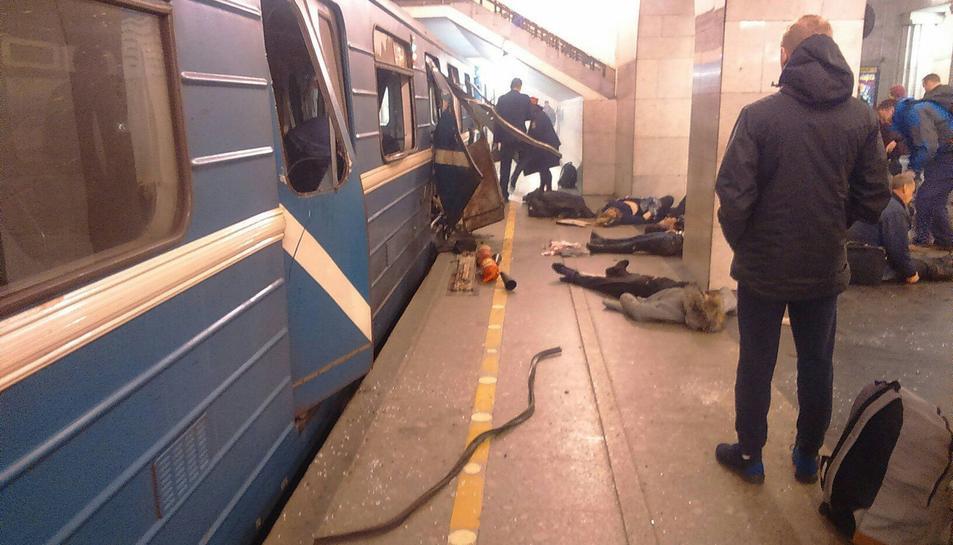 Imatge de com va quedar el vagó on es va produir l'explosió i algunes víctimes a terra.