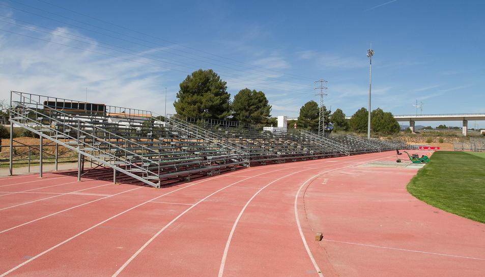 Les grades instal·lades a la pista d'atletisme.