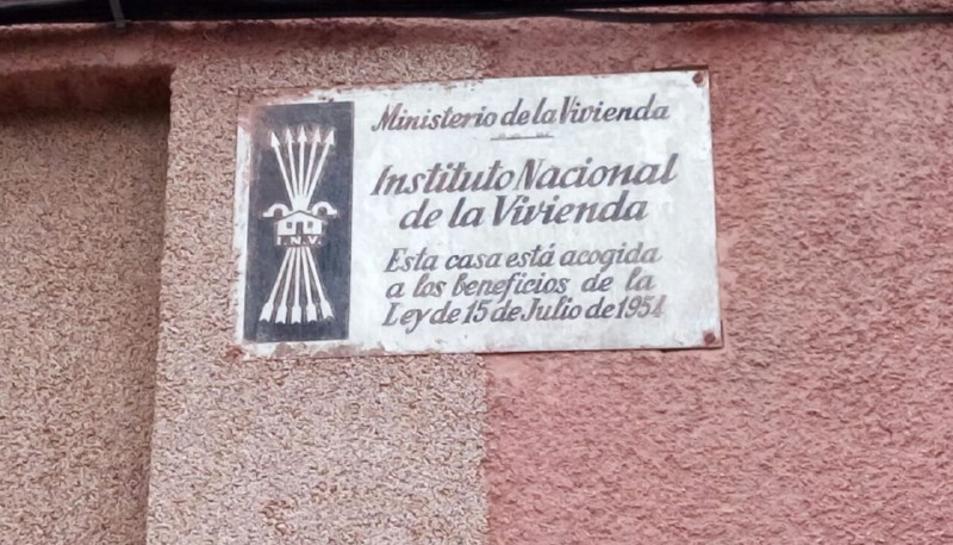 imatge d'una de les plaques franquistes encara presents als edificis de Vila-seca.