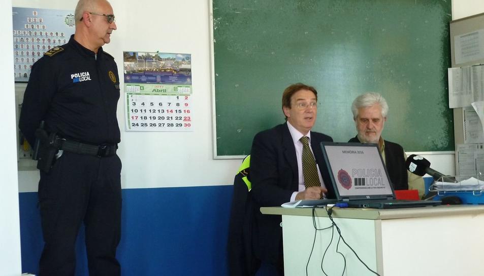 El donatiu coincideix amb la renovació d'uniforme que ha fet la policia de la capital del Baix Penedès.