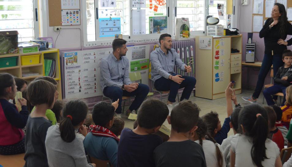 Els dos futbolistes han respost a les preguntes dels nens i nenes.