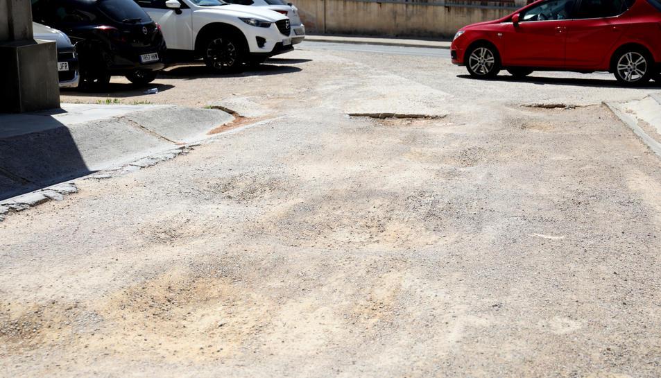 Aquest és l'estat actual d'un dels aparcaments del Campus Sescelades, ple de clots.