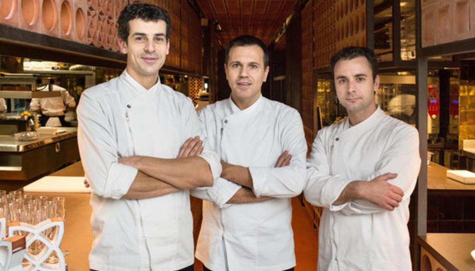 D'esquerra a dreta, els xefs Mateu Casañas, Oriol Castro i Eduard Xatruch, en una imatge d'arxiu al restaurant
