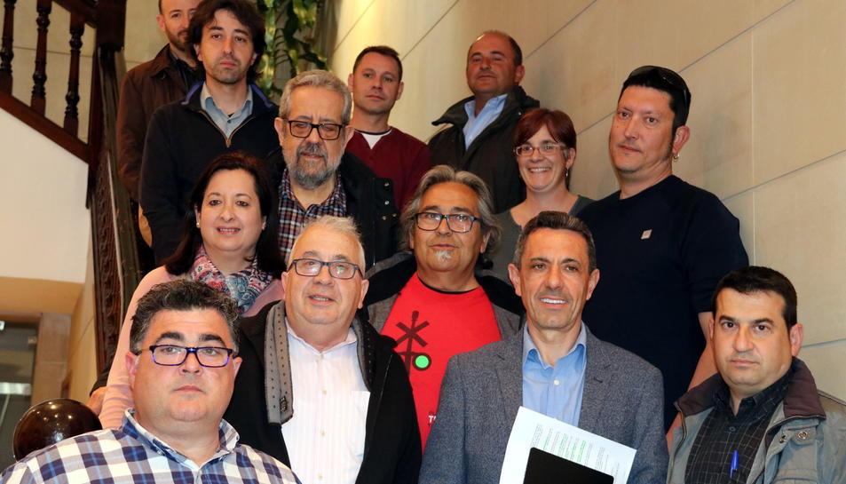 Fotografia de família dels regidors i alcaldes assistents a la primera reunió de treball del front institucional que treballarà per la millora de la línia ferroviària R15.