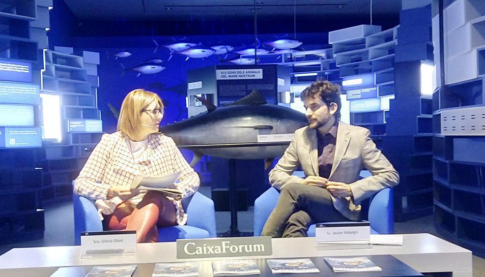 """La directora de l'entitat, Glòria Olivé, i el membre de l'Àrea de Investigació i Coneixement de la Fundació Bancària """"la Caixa"""", Javier Hidalgo, en la presentació de l'exposició."""