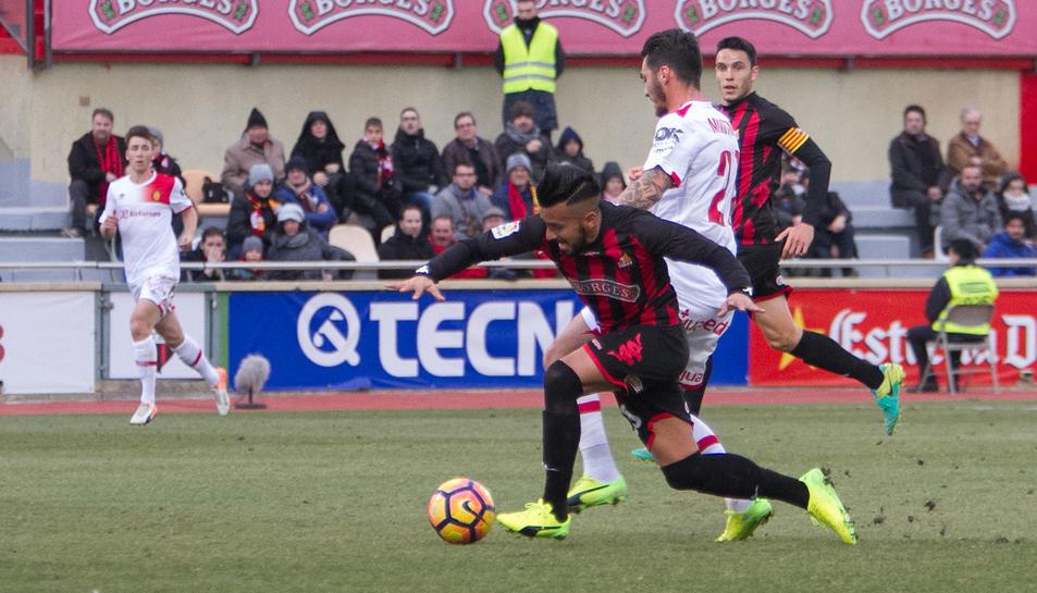 Jorge Díaz, en primer terme, en una acció al duel amb el Mallorca