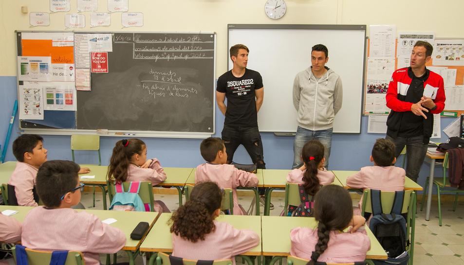 Joan Campins, Ramon Folch i Marc Sellarès, amb els escolars.