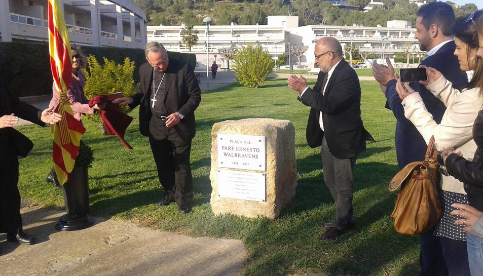 L'arquebisbe Jaume Pujol va descobrir la placa amb el nom de plaça Ernesto Walrravens.