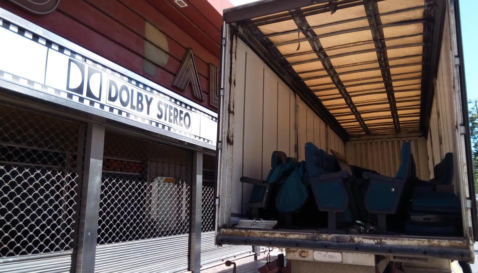 Operaris municipals del Pla s'enduien ahir les peces en un camió.