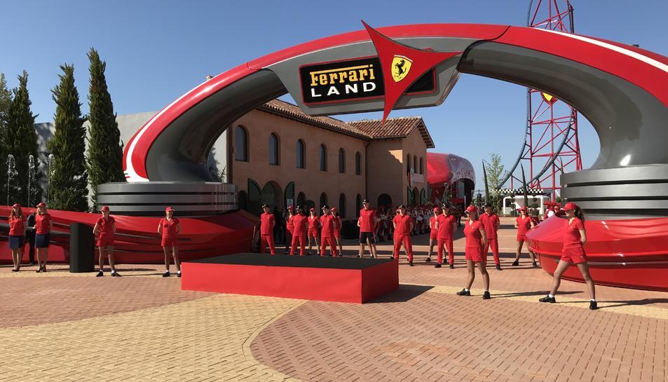 Imatge de l'inici de l'espectacle d'inauguració de FerrariLand, aquest dijous al matí.
