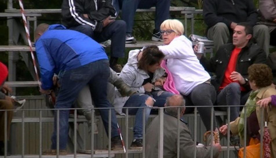 Imatge capturada del vídeo de l'agressió que pateixen dues activistes d'AnimaNaturalis durant un acte taurí a Mas de Barberans.