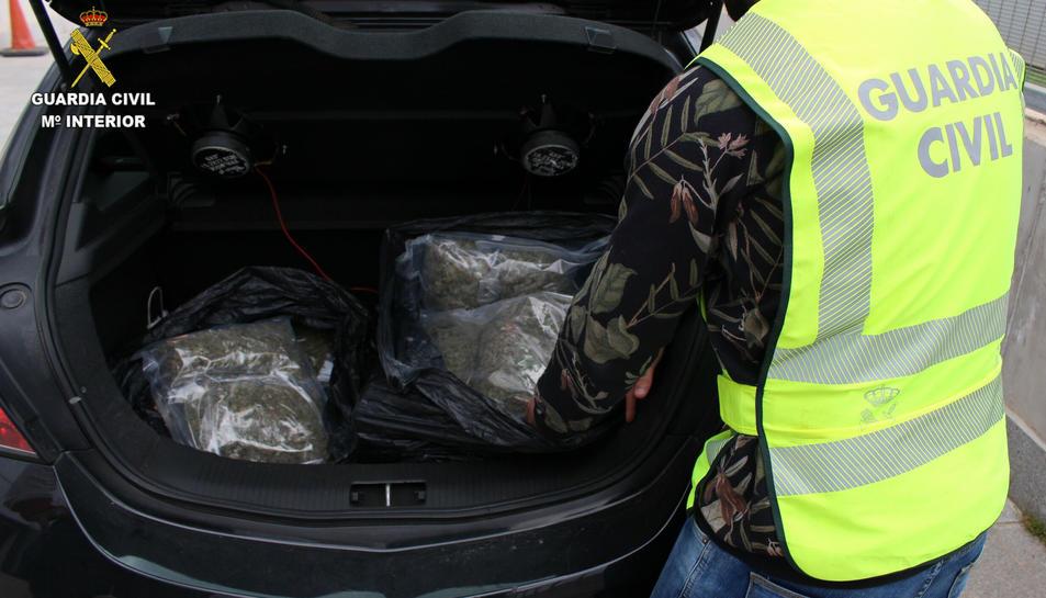 La marihuana es va trobar al maleter del vehicle.