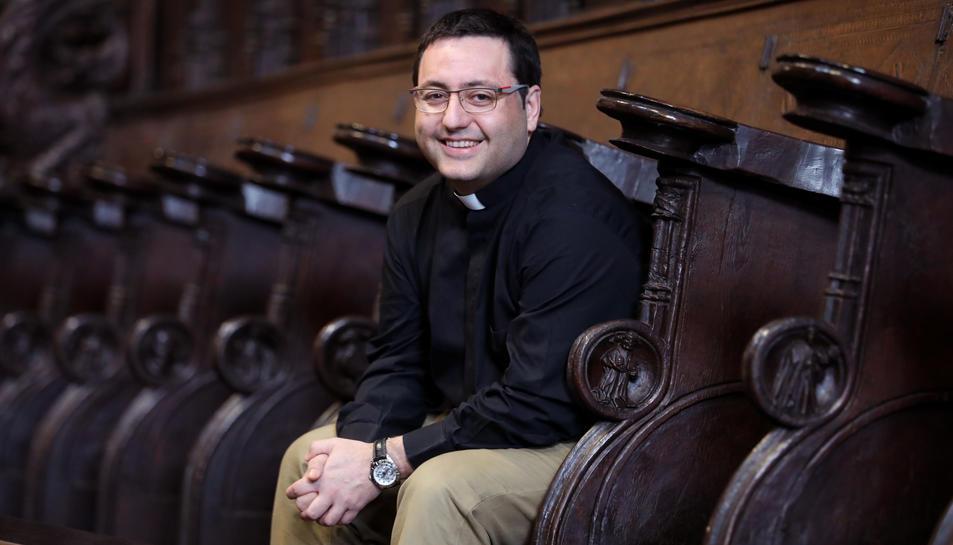 El Mn. Víctor Mosquera a l'interior de la Catedral de Tarragona.