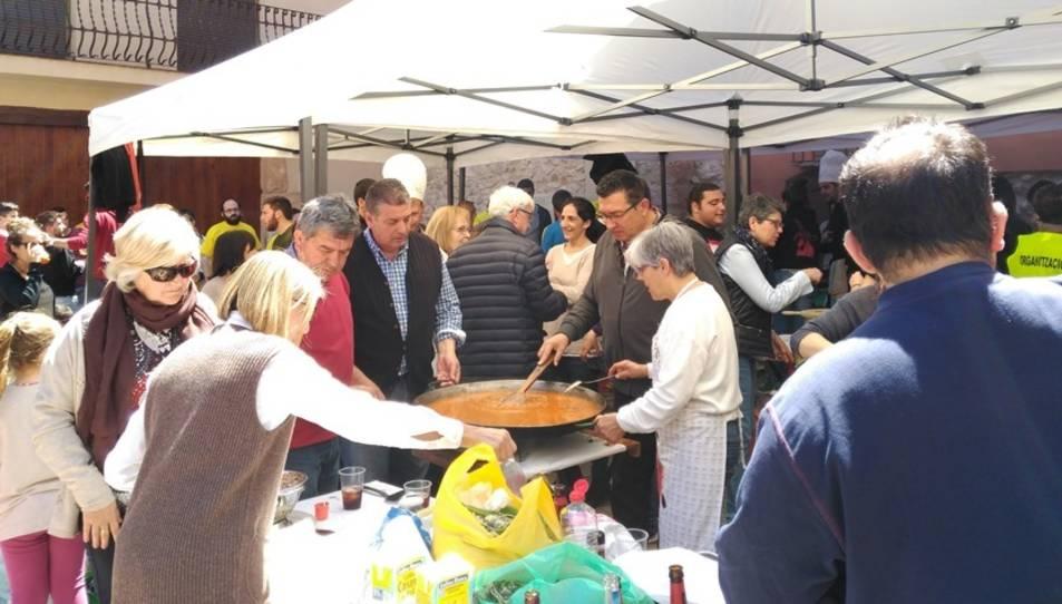 Una edició anterior del concurs, amb veïns cuinant una paella.