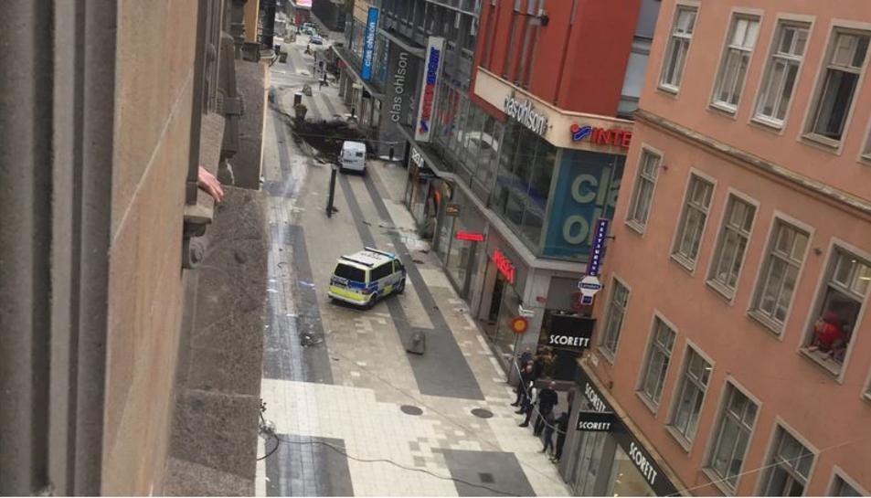 Imatge del carrer on ha tingut lloc l'atropellament, en el qual es poden veure les marques que ha deixat el vehicle.