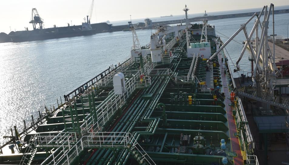 El 10 d'agost de 1965 el vaixell 'Albuera' va ser el primer a operar al pantalà d'Asesa.
