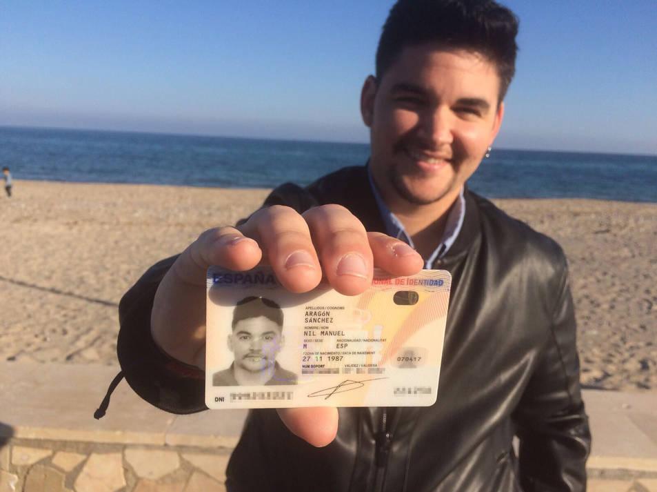 El jove va rebre divendres el seu nou carnet d'identitat.