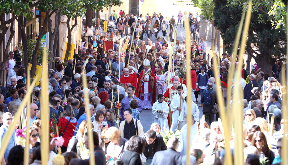 L'arquebisbe ha beneït les palmes des de l'església de l'Esperança.